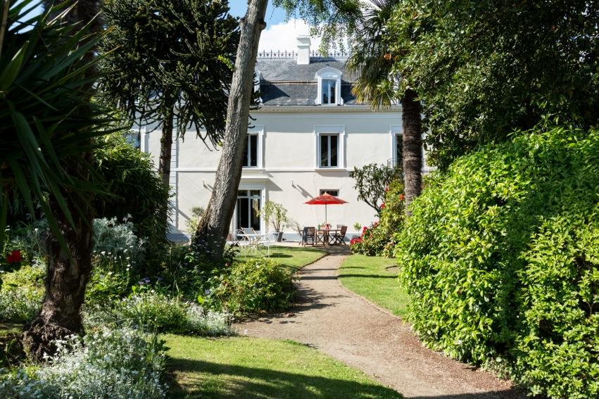 villa-saint-raphaël-coté-jardin