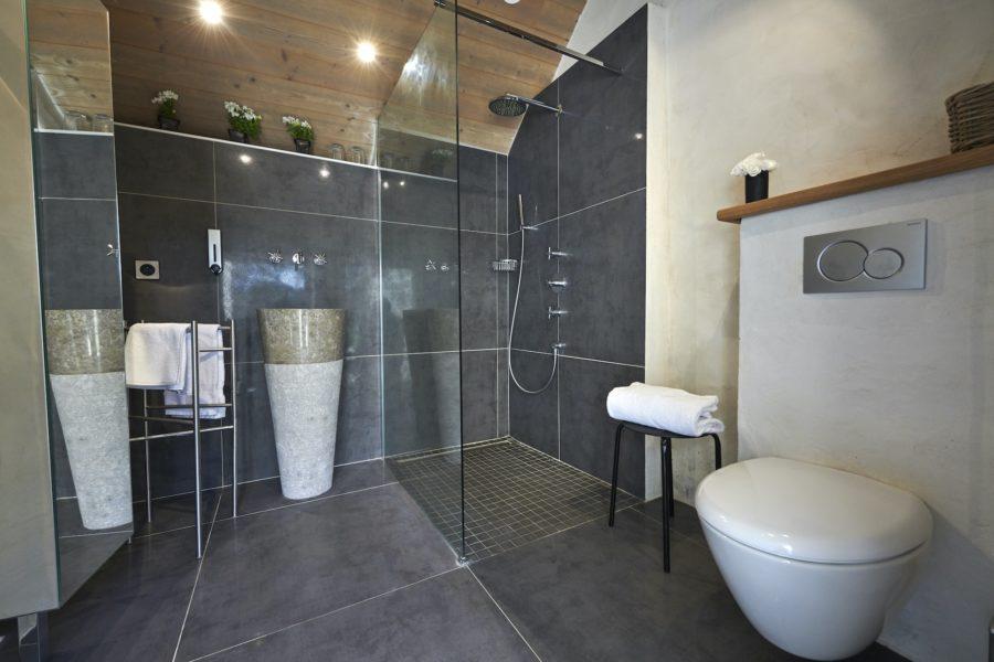 Douche à l'italienne maison Marine des galets blancs