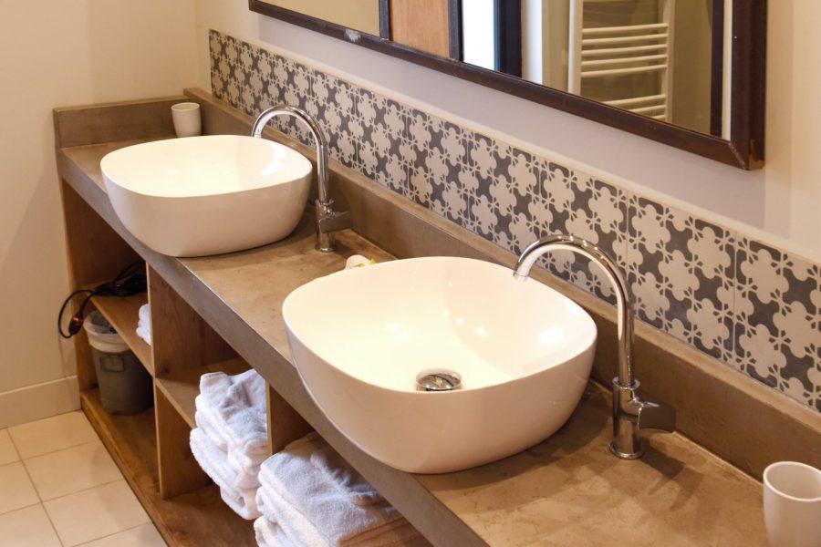L_atelier de K Lou – la salle de bain avec douche à l_italienne