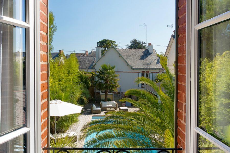 vue-jardin-villa-la-ruche-la-baule-chambre-dhotes-la-baule-haut-de-gamme-luxe-guest-and-house-cheminee-sans-enfant-piscine-chauffee