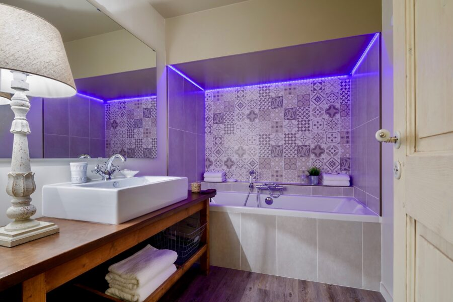 Sauna et bains balnéothérapie, chromothérapie.