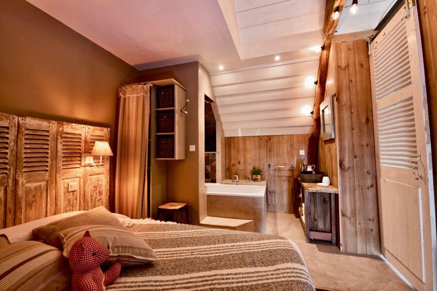 Chambre et espace détente réchauffée par le bois et les volumes atypiques de l'Atelier!